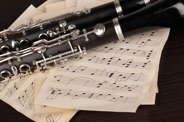 Notas musicais e clarinete na mesa de madeira