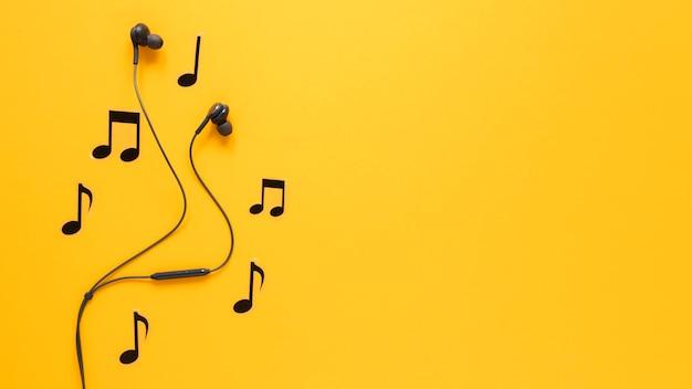 Notas musicais e fones de ouvido com espaço de cópia