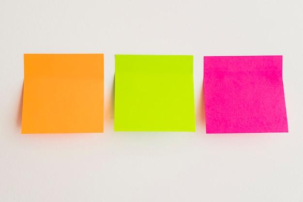 Notas pegajosas em três cores