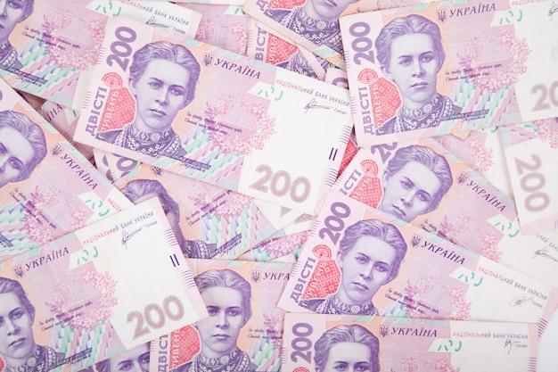 Notas ucranianas, uma pilha de dinheiro em um fundo branco