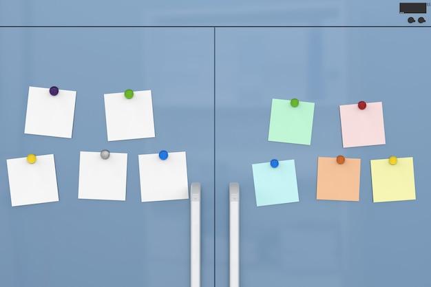 Notas vazias com imãs de geladeira na porta da geladeira