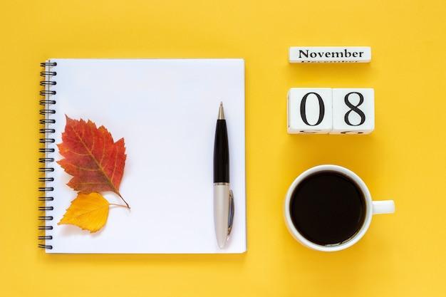 Notebook, calendário e bebidas quentes