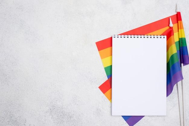 Notebook com bandeiras e cópia-espaço