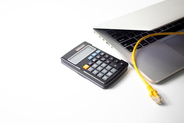 Notebook com calculadora no conceito de dinheiro de marketing de negócios