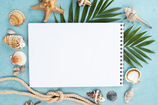 Notebook com corda náutica ao lado