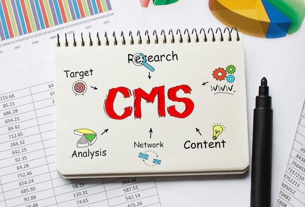 Notebook com ferramentas e notas sobre cms, conceito