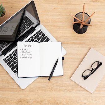Notebook com lista de tarefas no laptop