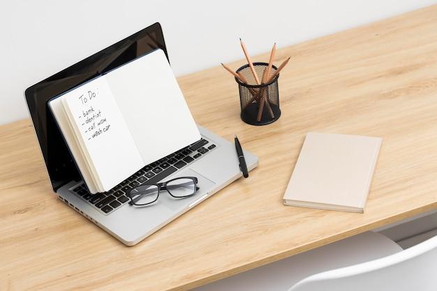 Notebook com lista de tarefas no tablet