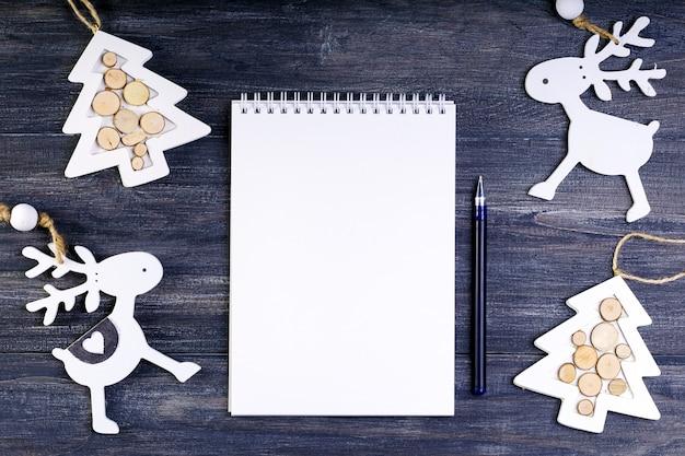 Notebook com lugar para texto decorado com enfeites de natal. vista do topo.