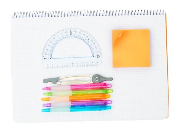 Notebook com material escolar isolado