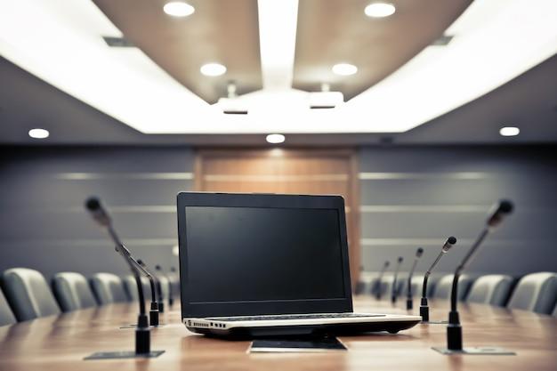 Notebook com microfone profissional na sala de reuniões