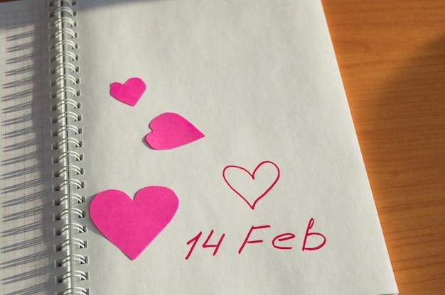 Notebook com o lugar sem corações para texto dia dos namorados