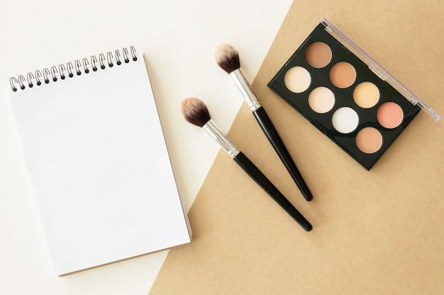 Notebook com paleta de maquiagem