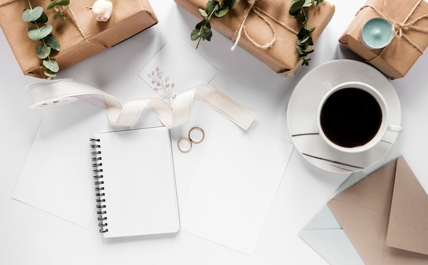 Notebook com presentes ao lado