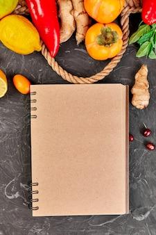 Notebook com produtos saudáveis