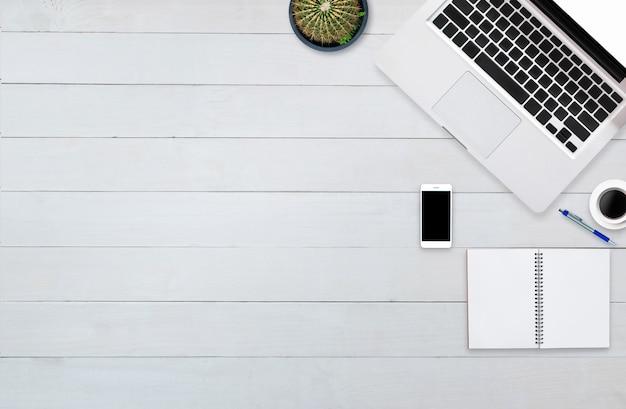 Notebook de computador smartphone vista superior tablet na madeira de fundo