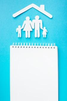 Notebook de vista superior com o conceito de figura de família