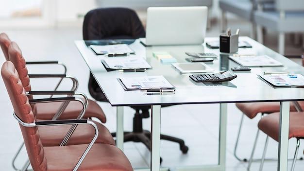 Notebook e canetas dispostos na área de trabalho antes de iniciar as negociações comerciais