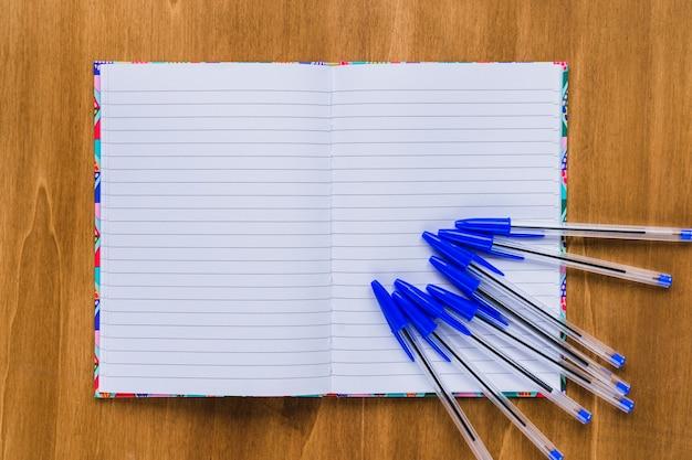 Notebook e canetas