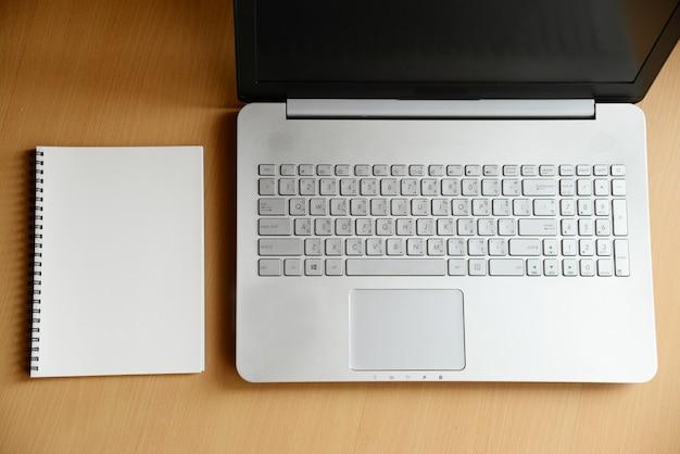 Notebook e computador portátil na madeira