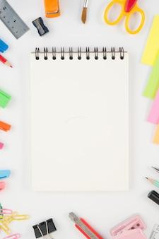 Notebook e ferramentas de escola ou escritório no fundo branco e