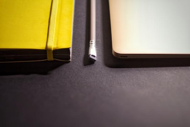 Notebook e laptop em fundo preto