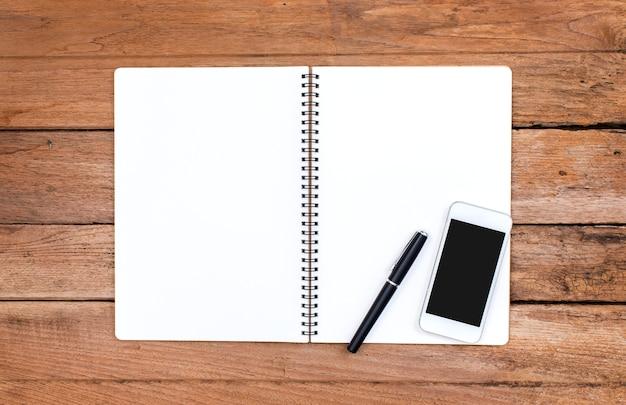 Notebook e smartphone com mesa de madeira velha