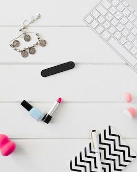 Notebook e suprimentos de beleza perto de teclado