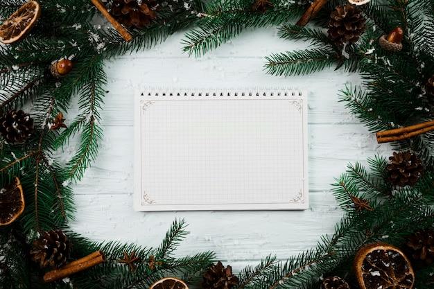 Notebook entre galhos de pinheiro