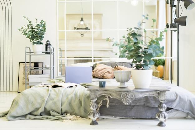 Notebook laptop aberto na cama no trabalho interior escandinavo brilhante do conceito freelance em casa. foto de alta qualidade