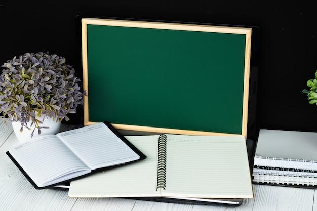 Notebook laptop com tela de lousa verde