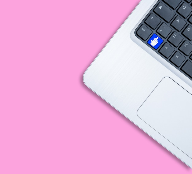 Notebook moderno com foda-se o conceito-chave em fundo rosa