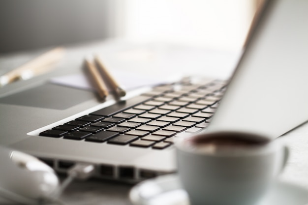 Notebook perto tabela tecnologia aberta