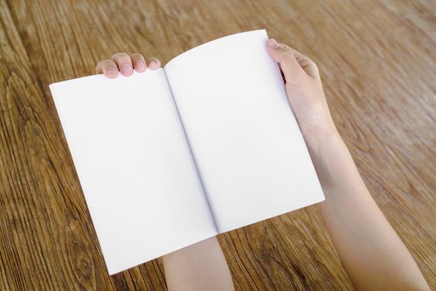 Notebook sobre uma mesa de madeira