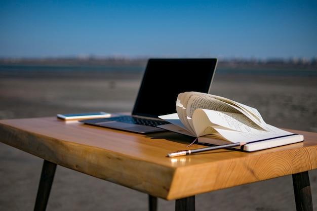 Notebook telefone, laptop e lápis sobre a mesa de sótão. móveis de sótão