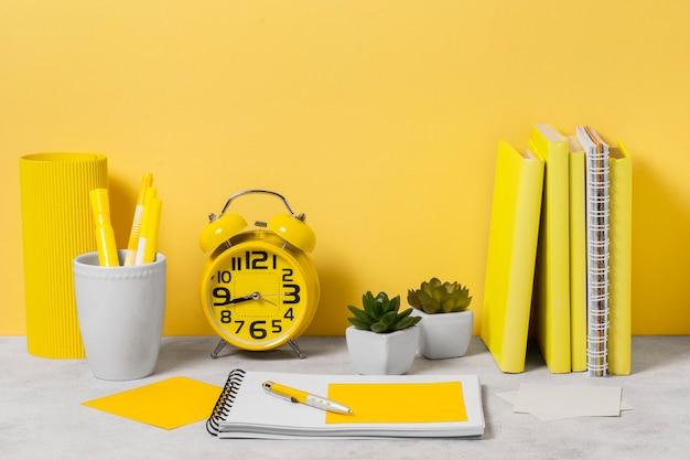 Notebooks e arranjo de relógio