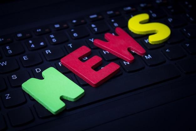 Notícias de palavra colorida no teclado do laptop.