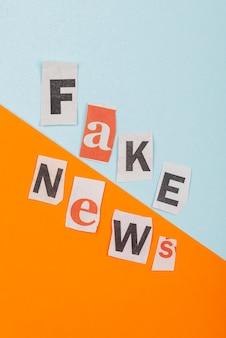 Notícias falsas com pedaços de papel acima da vista