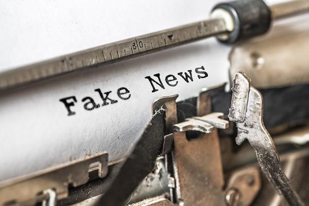 Notícias falsas digitavam palavras em uma máquina de escrever vintage.