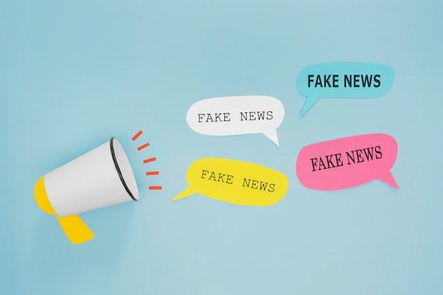 Notícias falsas em balões de fala e megafone