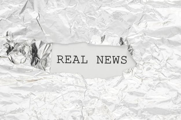 Notícias reais escondidas em papel amassado