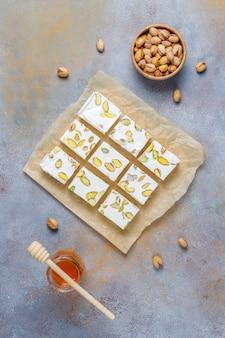 Nougat caseiro orgânico feito com mel, pistache, vista superior