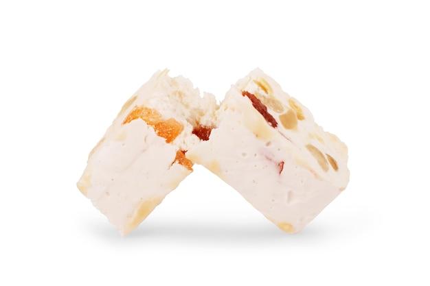 Nougat francês macio com defeito de morango e amêndoas isoladas no fundo branco. manolato grego