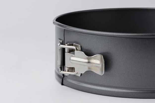Nova assadeira de metal isolada no fundo branco