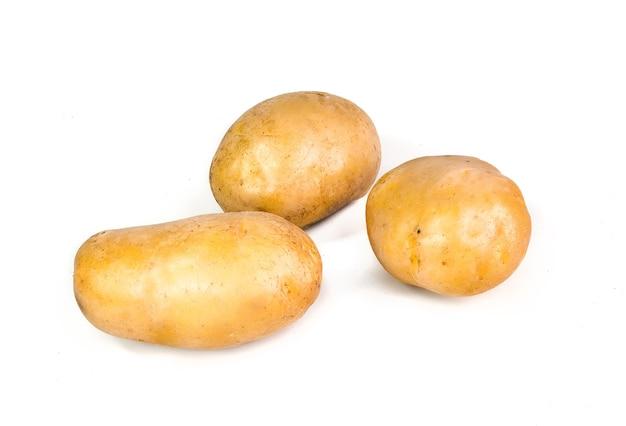Nova batata isolada no branco close-up.