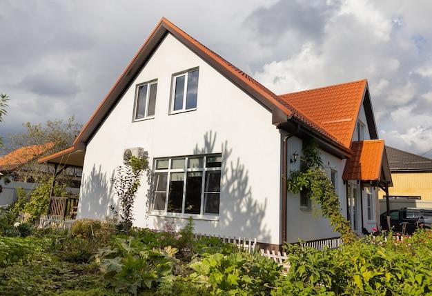 Nova bela casa com tempo ensolarado