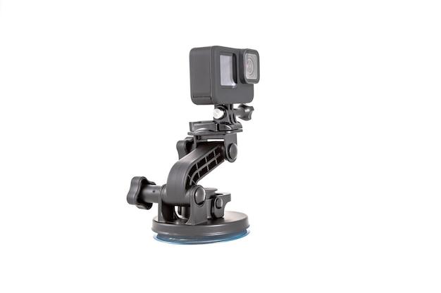 Nova câmera de ação preta em tripé de montagem isolado no fundo branco