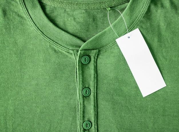 Nova camisa com etiqueta de preço em branco