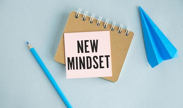 Nova carta de palavras de resultados de nova mentalidade, escrita no bloco de notas, vista superior da mesa de trabalho. conceito de citações de tipografia de negócios de autodesenvolvimento motivacional