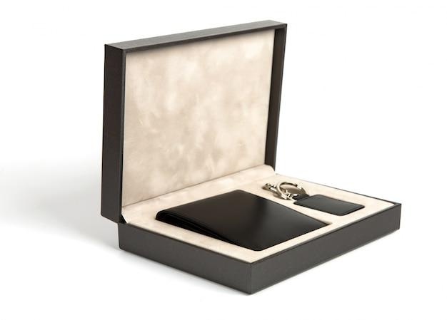 Nova carteira preta e caixa-chave na caixa no fundo branco